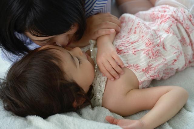 赤ちゃんの寝かしつけにはママの寝息が効果的!?